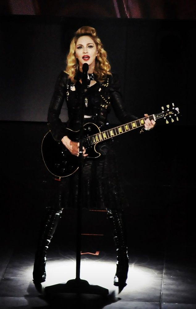 12-07-27-madonna-mdna-tour-olympia-0003