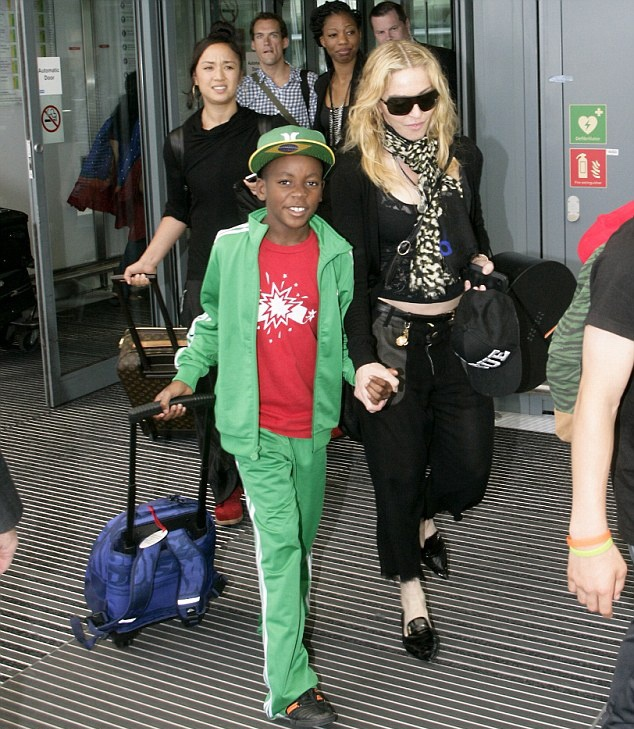20130719-pictures-madonna-heathrow-airport-london-01