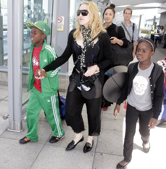 20130719-pictures-madonna-heathrow-airport-london-02