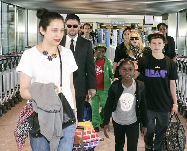 20130719-pictures-madonna-heathrow-airport-london-03
