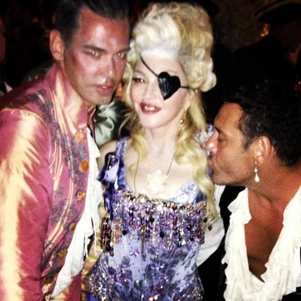 Beyoncé et Madonna en Marie-Antoinette ?  - Page 3 20130817-pictures-madonna-birthday-party-nice-03