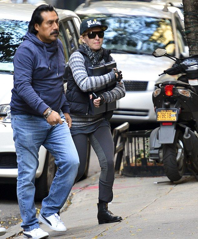20131102-pictures-madonna-kabbalah-centre-new-york-03