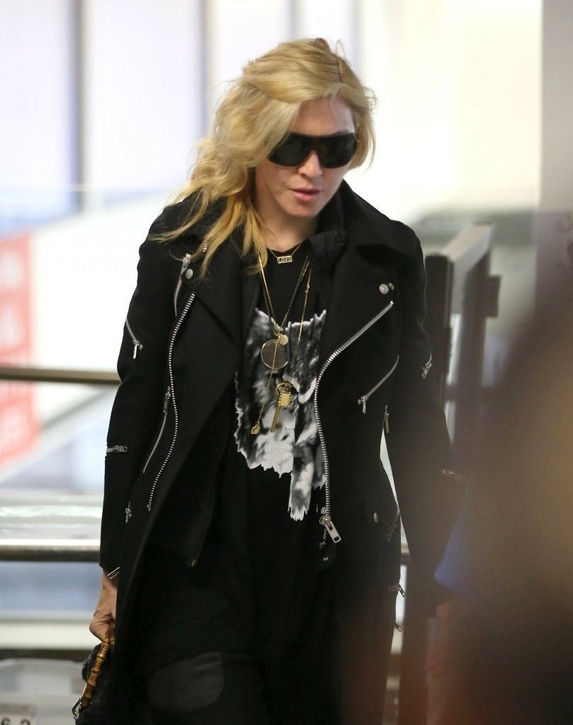 20131118-pictures-madonna-lax-airport-los-angeles-03