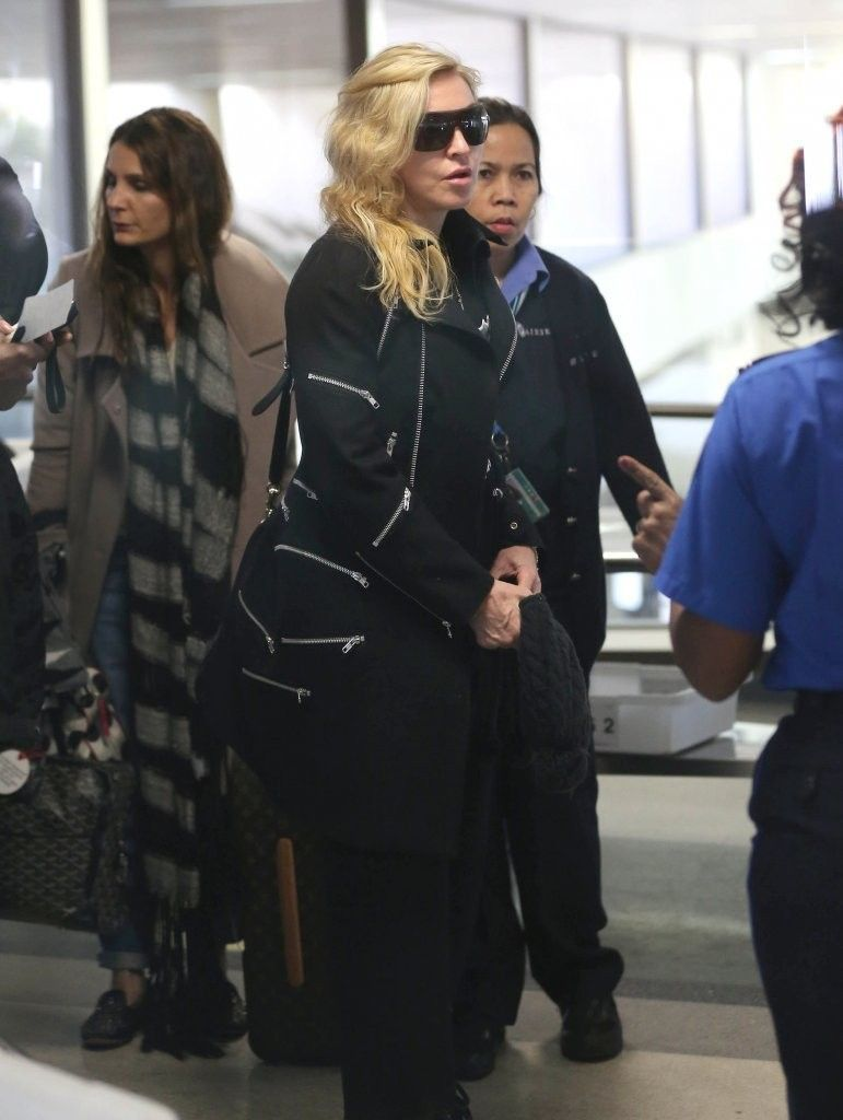 20131118-pictures-madonna-lax-airport-los-angeles-04