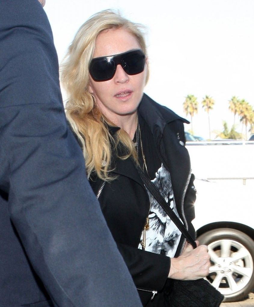 20131118-pictures-madonna-lax-airport-los-angeles-05