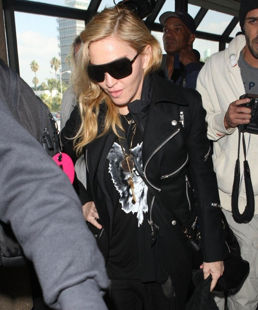 20131118-pictures-madonna-lax-airport-los-angeles-09