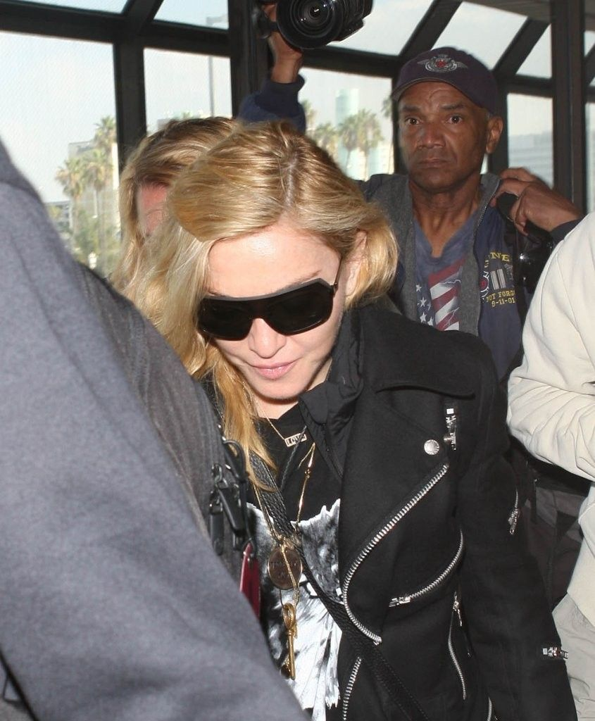 20131118-pictures-madonna-lax-airport-los-angeles-10