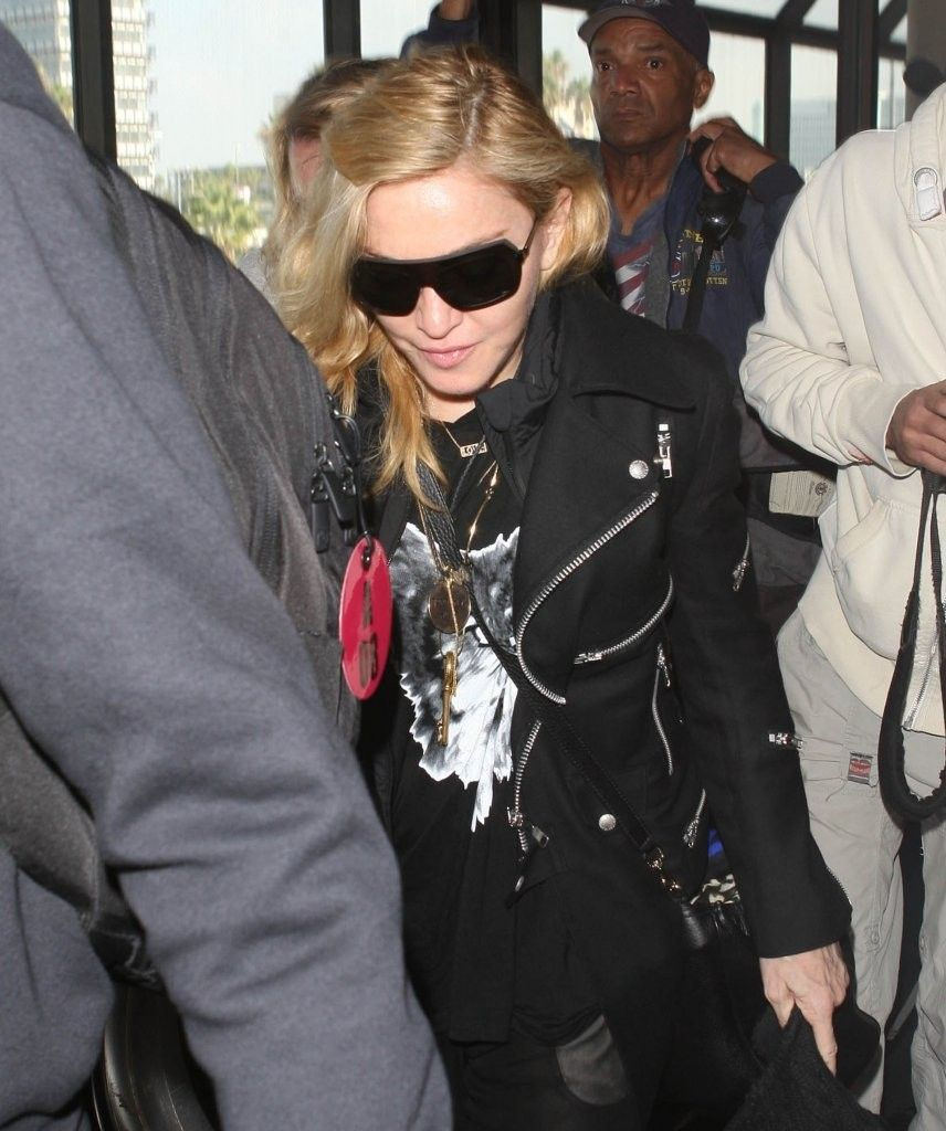 20131118-pictures-madonna-lax-airport-los-angeles-11
