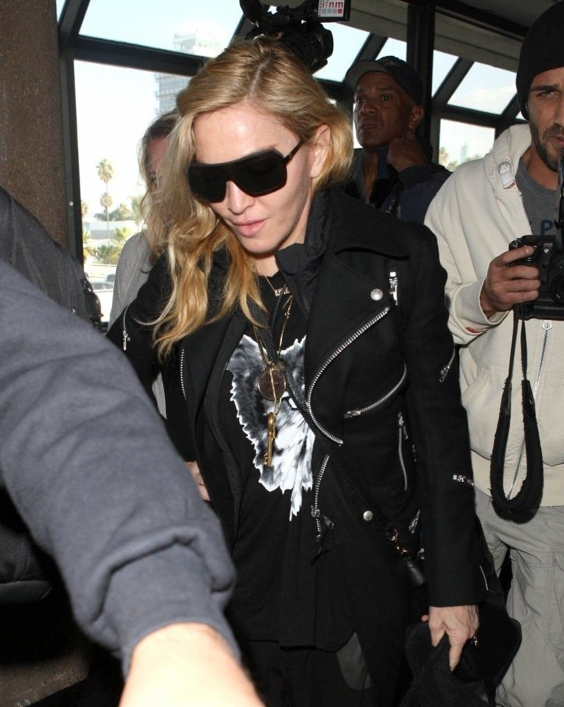 20131118-pictures-madonna-lax-airport-los-angeles-12