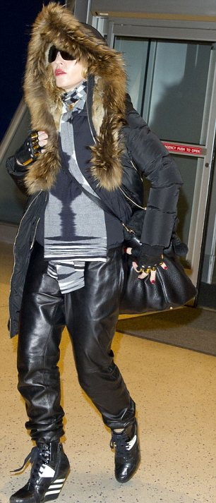 20131224-pictures-madonna-jfk-airport-new-york-02