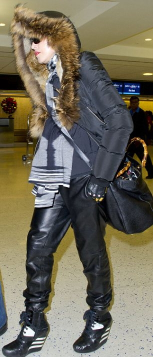 20131224-pictures-madonna-jfk-airport-new-york-04