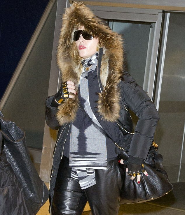 20131224-pictures-madonna-jfk-airport-new-york-06