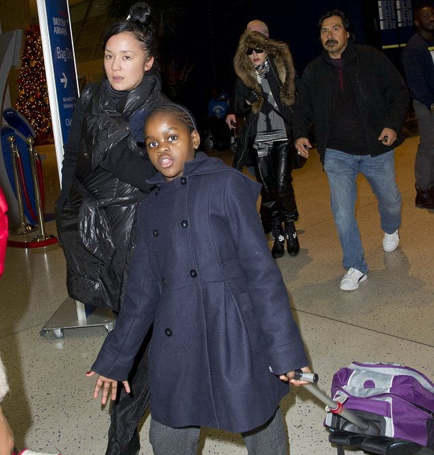 20131224-pictures-madonna-jfk-airport-new-york-08